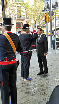 El presidente de la Generalidad, Artur Mas, a punto de pasar revista a los Mossos d'Esquadra (foto: LVdB).