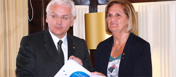El consejero Ferran Mascarell entrega el informe de política lingüística de 2011 a la presidenta del Parlamento autonómico, Núria de Gispert (foto: Parlamento autonómico).