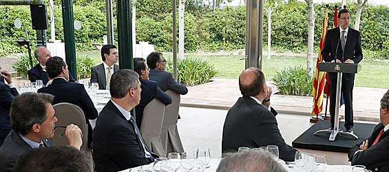 El presidente de la Generalidad, Artur Mas (a la izquierda), escucha atentamente la intervención del presidente del Gobierno, Mariano Rajoy, durante el acto de inauguración del Salón del Automóvil de Barcelona (foto: la Moncloa).
