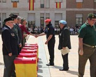 Momento en el que Llanos de Luna entrega el diploma al representante de la Hermandad de Combatientes de la División Azul (foto: 'La Directa').