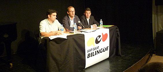 Tres de los padres promotores de la Asamblea por una Escuela Bilingüe (AEB) en San Cugat, durante el acto de este viernes (foto: LVdB).