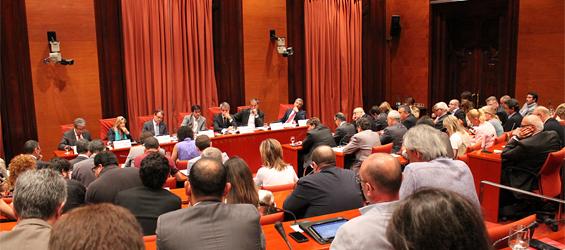 Mas, acompañado de Homs y Ortega, en la mes de la Comisión de Asuntos Institucionales del Parlamento autonómico, durante su comparecencia sobre el 'caso Palacio' (foto: Parlamento autonómico de Cataluña).