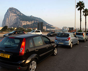 Cola de coches para entrar en Gibraltar (foto: 'The Guardian').